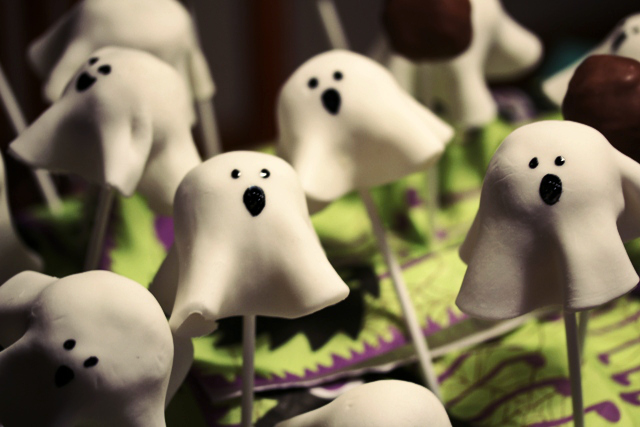 Halloween ghost cake pops2